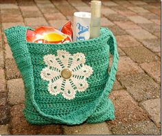 Crochet shoppingbag made of vintage cotton yarn and a vintage little cloth with an old little botton in the middle. Sweet!