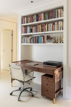 Casa JPZ — VOA Arquitetura Suite Home, Gaming Room Setup, Small Office, New Room, Home Bedroom, Game Room, Home Projects, Future House, Bookshelves