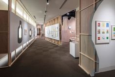 "世田谷文學館的""Illustrator Anzai Mizumaru 展"",由Kei Harada / DO.DO 設計。 其意圖是通過藝術家的製作方法所引用的""像工藝一樣構建空間""的方法,在空間與作品之間創造和諧。 | 建築攝影網 Exhibition Display, Divider, Room, Furniture, Home Decor, Expo Stand, Bedroom, Decoration Home, Room Decor"