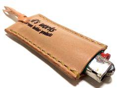 【100円ライターケース】栃木レザーのヌメ革で製作した100円ライターケースです。ナチュラルのヌメ革を同じくナチュラルのシニューで手縫いで仕上げました。尻尾部... ハンドメイド、手作り、手仕事品の通販・販売・購入ならCreema。