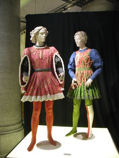 Isabelle de Borchgrave created these lovely historical costumes of the Medici family in paper. That's right: all these costumes are 100% made out of paper.