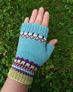 En vante stickad i merinoull. Mitten knitted in merinowool. Knit Mittens, Hand Warmers, Fingerless Gloves, Knit Crochet, Vans, Coffee, Knitting, Instagram, Tricot