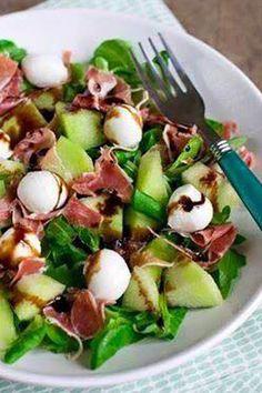 Meloen & ham salade (ingezonden door Angelique van Hees). Ingrediënten: 2 handjes gemengde sla, 1/4 deel van een galia meloen, 3 plakjes serranoham, bolletjes mozzarella, balsamico crème, peper en zout. Bereiding: Snijd de meloen in blokjes en scheur de serranoham in stukjes. Meng de sla met een beetje balsamico crème. Verdeel de meloen, stukjes serranoham en bolletjes mozzarella over de salade. Bestrooi met peper en zout en verdeel nog een beetje balsamico crème over de salade.