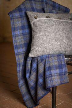 Merinowolle - ein natürlich nachwachsender Rohstoff Basis der Decken, Kissen, Wärmflaschen und Socken ist die Wolle des Merinoschafes, das nur einmal im Jahr von Hand geschoren wird - ein natürlich nachwachsender Rohstoff der mit viel Achtsamkeit bedacht wird. Die gewonnene Rohwolle wird anschließend in über 40 Arbeitsschritten weiterverarbeitet und beim Stoffwalken mit kochend heißem Wasser zu überraschend leichten und luftig weichen Lodenstoffen verdichtet.