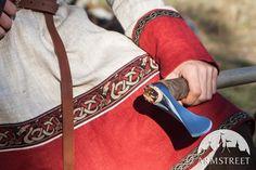 Wikinger Leinentunika mit kontrastfarbigem zweitem Leinendekor und auch mit der von Armstreet entworfenen Borte. Aus natürlichem Flachs gefertigt, mit Borten in 2 Farben. Tunika-Design ist historisch korrekt und basiert sich auf Ausgrabungen in Birka, Schweden.
