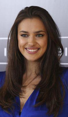 """Let's be smart: Irina Shayk, model kelas atas yang juga pacar pesepakbola kondang Cristiano Ronaldo mempromosikan buku """"Perfect Bra"""","""