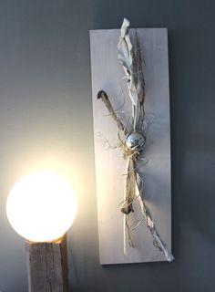 Popular WD u Zeitlose Wanddeko Holzbrett wei gebeizt nat rlich dekoriert mit Zweigen Strelizienbl tter und