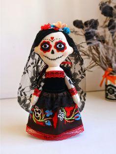 Day of the Dead Catrina art doll Halloween Doll, Creepy Halloween, Halloween Crafts, Felt Dolls, Crochet Dolls, Softies, Felt Skull, Pirate Crafts, Fabric Yarn