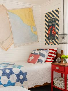 19 Beach Chic Decorating Ideas to Copy at Home: Not just for coastal living anymore, beach-inspired decorating gives your home the laid-back setting that's just right for summer. Chic Decor, Decor, Guest Bedroom, Colorful Decor, Coastal Decor, Decorating With Pictures, Beach Cottages, Coastal Bedrooms, Home Decor