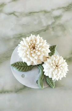 Fondant Flower Tutorial, Fondant Flowers, Sugar Flowers, Fondant Bow, Cake Tutorial, Fondant Cakes, Fabric Flowers, Polymer Clay Flowers, Polymer Clay Crafts