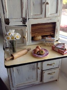 It's a miniature life: For the love of pie Hoosier cabinet Vitrine Miniature, Miniature Rooms, Miniature Kitchen, Miniature Houses, Miniature Furniture, Dollhouse Furniture, Mini Kitchen, Vintage Kitchen, Kitchen Hutch