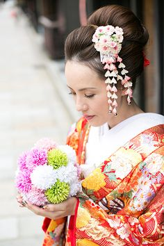 半かつら 結婚式 - Google 検索 Japanese Costume, Japanese Kimono, Japanese Girl, Flower Drum, Wedding Kimono, Japanese Wedding, Hair Arrange, Japanese Hairstyle, Kanzashi Flowers
