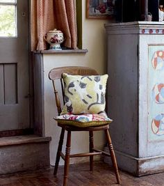 I just saw the latest Sanderson collection is called Bloomsbury, after the the Bloomsbury creative movement of the which included the. Cottage Chic, Cozy Living, Living Room, Vanessa Bell, Bloomsbury Group, Charleston Homes, Room Of One's Own, Deco Boheme, Country Interior