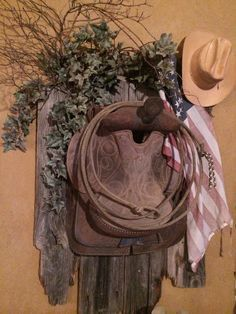 Barn wood and old saddle: I have the hat, rope and barn wood for this grouping. Western Style, Western Theme, Barn Wood Crafts, Horse Crafts, Country Decor, Rustic Decor, Farmhouse Decor, Boho Decor, Western Crafts
