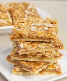 Salted Caramel Almond Bars - a simple, buttery crust and homemade caramel with plenty of almonds stirred right into it. Then, a sprinkling of coarse salt brings these into sweet and salty territory. Almond Recipes, Baking Recipes, Cookie Recipes, Köstliche Desserts, Delicious Desserts, Dessert Recipes, Plated Desserts, Bolacha Cookies, Almond Bars