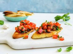Onion Tomato Bruschetta with Balsamic Glaze. The balsamic glaze adds a lot flavor to this Onion Tomato Bruschetta. This is an easy to make appetizer when you are running short of time! Samosas, Empanadas, Great Appetizers, Appetizer Recipes, Balsamic Glaze Recipes, Buffet, Tomato Bruschetta, Sweet Potato Toast, Appetisers