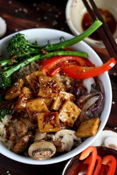 Brown Rice Tofu Bowl + Roasted Vegetables and Soy, Ginger, Garlic Sauce - a healthy option for lunch or dinner! http://thewoodenskillet.com