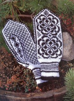 """Photo from album """"Norske Luer - Norske Votter"""" on Yandex. Mittens Pattern, Knit Mittens, Knitted Gloves, Knitting Socks, Knit Socks, Knitting Charts, Knitting Stitches, Knitting Patterns, Scandinavian Pattern"""