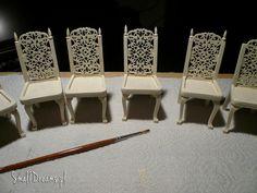 Komplet krzeseł do jadalni domu dla lalek oczekuje na tapicerkę.