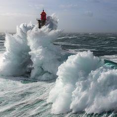 Le phare de la Jument à Ouessant en Bretagne haut de 47m dans la tempête Ruzika le 08 février 2016.