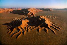 Die sternförmigen Dünen der Wüste Rub al-Khali in Saudi-Arabien sind teilweise bis zu 9000 Jahre alt (Foto von: George Steinmetz)