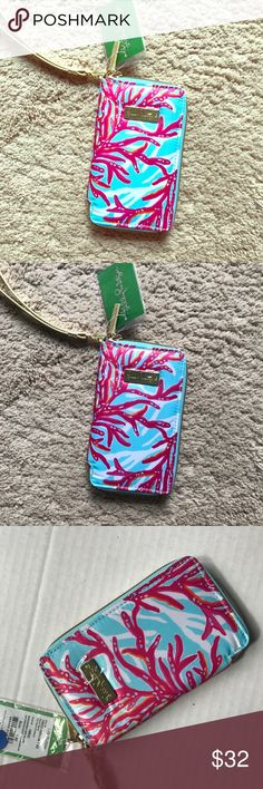 """NWT Lilly wristlet! Measures 3 1/2"""" w x 6 h x 3/4 d.  Perfect for holding your phone and wallet essentials! Lilly Pulitzer Accessories Key & Card Holders"""