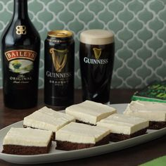 Impress your St. Paddy's Day guests with these brownies made from Guinness and topped with Baileys cheesecake! Impress your St. Paddy's Day guests with these brownies made from Guinness and topped with Baileys cheesecake! Baileys Cheesecake, Cheesecake Brownies, Chocolate Cheesecake, Chocolate Topping, Cake Chocolate, Easy Desserts, Delicious Desserts, Yummy Food, Tasty