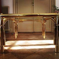 Prachtige faux bamboo salontafel Hollywood regency op zijn best! Maison Baques is de vermoedelijke ontwerper van deze prachtige tafel met imitatie bamboe vormen. Van dezelfde stijl hebben wij ook een mooie spiegel hangen. Als set is dit een absolute eye catcher!  30000 #hollywoodregency #MIDCENTURY #brass #faux #bamboo #fauxbamboo #fauxbambootable #fauxbamboobfurniture #furniture #vintage #design #maisonbagues #design #forsale #meubel by hotelaandedamdesign