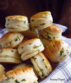 AranyTepsi: Medvehagymás-krumplis pogácsa Bagel, Scones, My Recipes, Biscuits, Bread, Vegan, Dishes, Chicken, Food