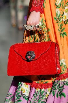 See all the Details photos from Gucci Autumn/Winter 2017 Ready-To-Wear now on British Vogue Gucci Handbags, Handbags On Sale, Luxury Handbags, Fashion Handbags, Fashion Bags, Gucci Bags, Guccio Gucci, Gucci Fall 2017, Handbag Accessories