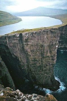 A lake above an ocean, Faroe Islands, Denmark. Bizarre Photos, Creepy Photos, Rare Photos, One Word Art, Faroe Islands, Sea Level, Travel Agency, The World's Greatest, Denmark