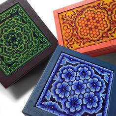 A+A Caja de té 9 divisiones con huichol Mexican Crafts, Mexican Folk Art, Bead Crafts, Fun Crafts, Arts And Crafts, Huichol Art, Mexico Art, Mexican Designs, Beading Projects