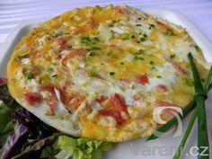 Vaječná omeleta pečená na bramborovém základu s kuřecím masem, šunkou a bylinkami. Recept na zdravý oběd nebo večeři.