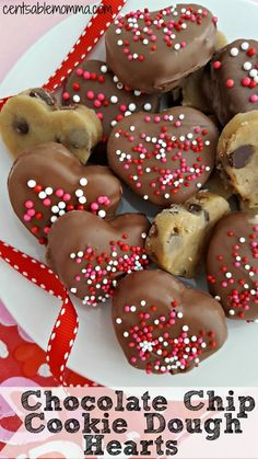 valentines day treats Celebrate Valentines Day with these delicious Chocolate Covered Cookie Dough Hearts cut into heart shapes and covered with chocolate and sprinkles. You can adapt the recipe to practically any other holiday, if youd like. Valentine Desserts, Valentines Day Cookies, Valentines Healthy Snacks, Valentines Baking, Valentine Chocolate, Valentine Treats, Holiday Desserts, Valentines Recipes, Kids Valentines