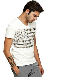 CAMISETA ESTAMPADO ABSTRACTO USA | GUESS.eu Guess, Flags, Mens Tops, T Shirt, Fashion, Abstract, Thanks, T Shirts, Men