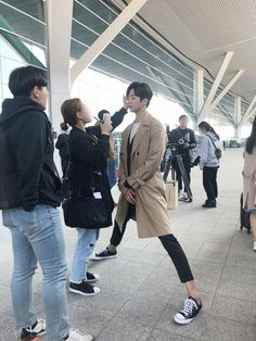 I love that Rowoon is so tall that he literally has to go down like that to get his makeup fixed 😂 Neoz School, Bilal Hassani, Korean Male Actors, Idole, Korean Drama, Kdrama Actors, K Pop, Jimin, Fandom