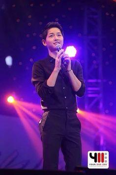Thực hư chuyện Song Joong Ki hôn MC nữ người Thái Lan tại buổi họp fan - Ảnh 4.