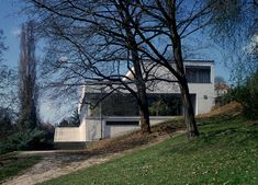 Tugendhat House by Ludwig Mies van der Rohe architect, at Brno, Czech Republic, architecture in the Great Buildings Online. Villas, Seagram Building, Barcelona Pavilion, Farnsworth House, Building Skin, Glazed Walls, Building Images, Ludwig Mies Van Der Rohe, Modern Architects