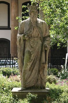 London's oldest statue, c. 1372:  This is King Alfred the Great (871-899) in Trinity Church Square, Southwark. The statue was moved to the Square from Westminster Hall in 1822.  King Alfred united England, founded St Paul's, rebuilt London's walls and drove off the Vikings.
