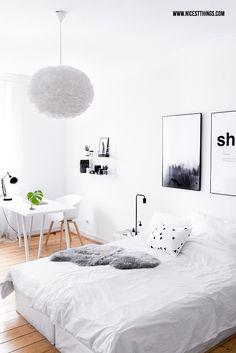 Schlafzimmer weiss mit Holzdielen, Boxspringbett, Vita Eos Lampe