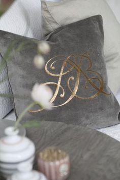 Dekoracyjne poduszki z pięknym monogramem  LBD. Znajdziesz je u nas w dziale tekstylia: http://www.hamptons.pl/produkty/poduszka-chriselda/3624/