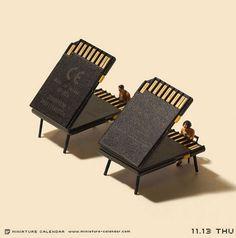 Japon fotoğrafçı ve sanat yönetmeni Tanaka Tatsuya, dört yıldır her gün bir tasarım yaparak sürdürdüğü Minyatür Takvim projesinde, diyorama bebekleriyle her evde bulunan nesneleri bir araya getirerek eğlenceli sahneler kurguluyor.