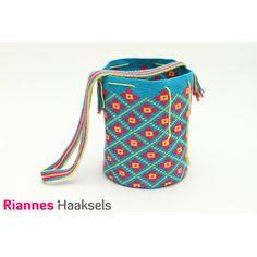 Wayuu mochila 'Bloem' <3   Haakpakket is verkrijgbaar via --> http://rianneshaaksels.nl/22-wayuu-mochila-bloem    #haken #Wayuumochila #doehetzelfvrouw #RiannesHaaksels