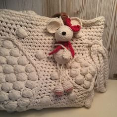 Petite  souris fille avec son noeud et son écharpe bijou de sac ou porte clé en crochet