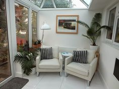 11 Fabulous Small Conservatory Ideas For Amazing Interior Small Conservatory Furniture, Conservatory Decor Small, Conservatory Dining Room, Small Sunroom, Conservatory Playroom Ideas, Conservatory Ideas Interior Decor, Conservatory Lighting, Conservatory Extension, Narrow Living Room