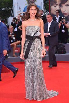 Elisa Sednaoui en robe bustier Armani Privé printemps-été 2015 et bijoux Buccellati en diamants