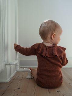 Ravelry: Alma's Ruffle Suit pattern by PetiteKnit Knitting Stitches, Knitting Patterns Free, Baby Knitting, Suit Pattern, Little Brothers, Knitted Romper, Knitted Baby, Diy Scarf, Ruffle Collar