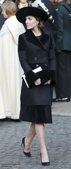 November 2016 the Duchess of Cambridge attends the memorial service for the sixth Duke of Westminster. The outfit is like one Diana would have worn. Kate Middleton Outfits, Looks Kate Middleton, Estilo Kate Middleton, Trent Coat, Duchesse Kate, Princesse Kate Middleton, Herzogin Von Cambridge, Estilo Real, Prince William And Kate