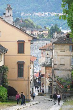 San Giulio Ortan vanha kaupunki on intiimi ja hyvin romanttinen jyrkkine katuineen.