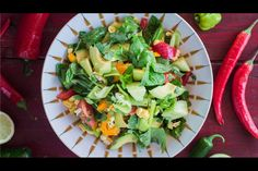 Mexican salad - recipes - eat well with bite Mexican Salad Recipes, Mexican Salads, Healthy Salad Recipes, Vegan Recipes, Salad Recipes Video, Steak Recipes, Mexican Avocado, Plant Based Recipes, Fresh Herbs